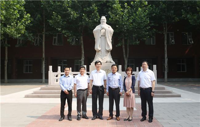 中国图书进出口(集团)总公司总经理张纪臣访问我校